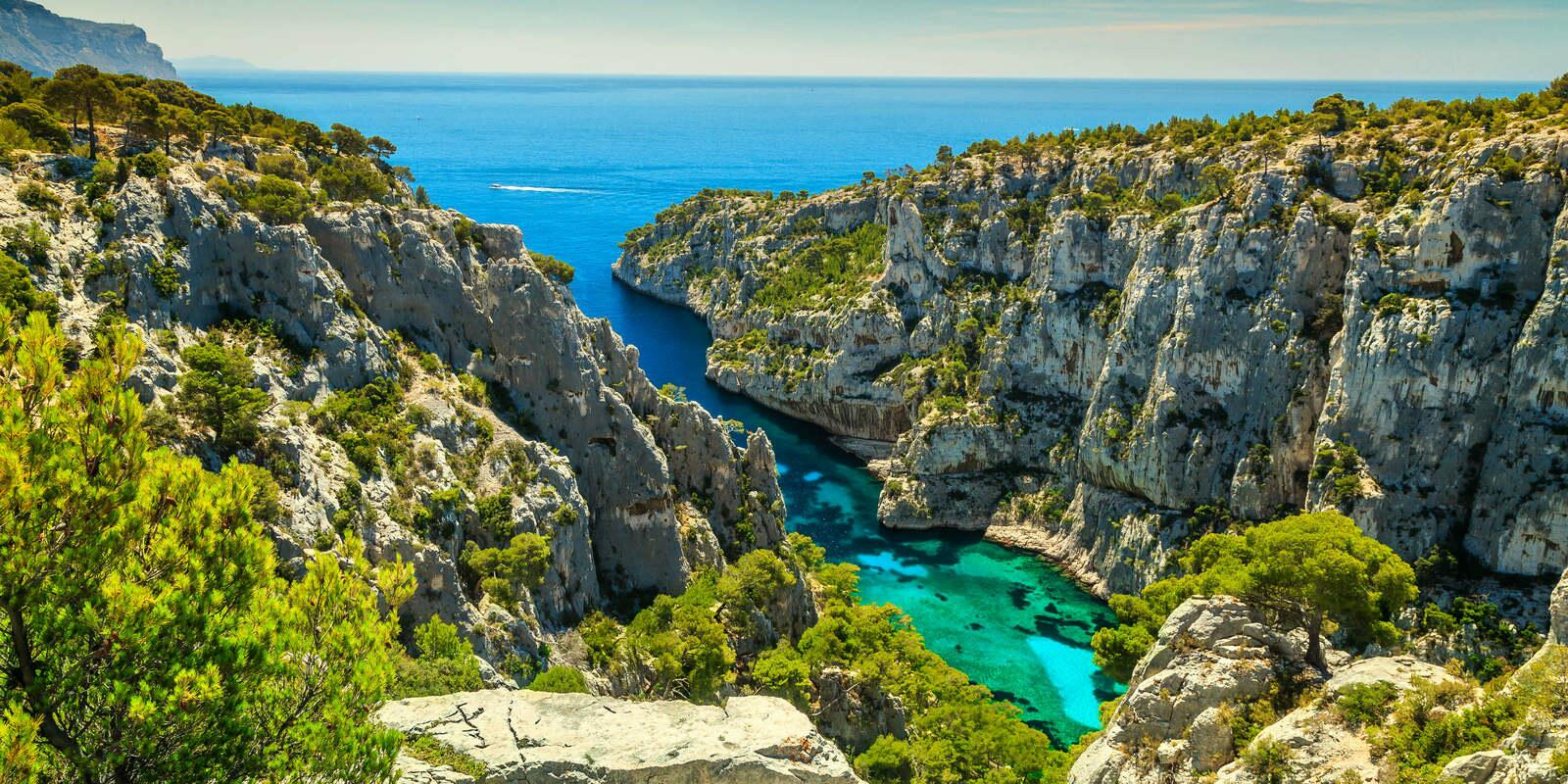 The most beautiful landscapes of the South of France in sailboat
