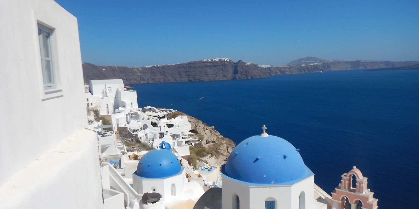 From Mykonos, Naxos, to Santorini. The small Cyclades: breathtaking wonders.
