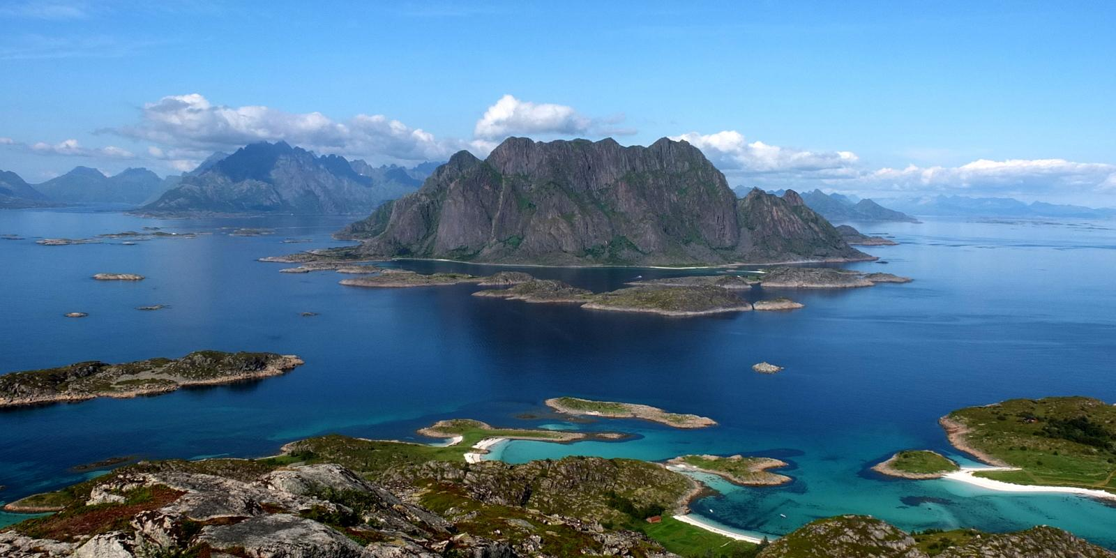 Discover the Lofoten archipelago on a sailing boat