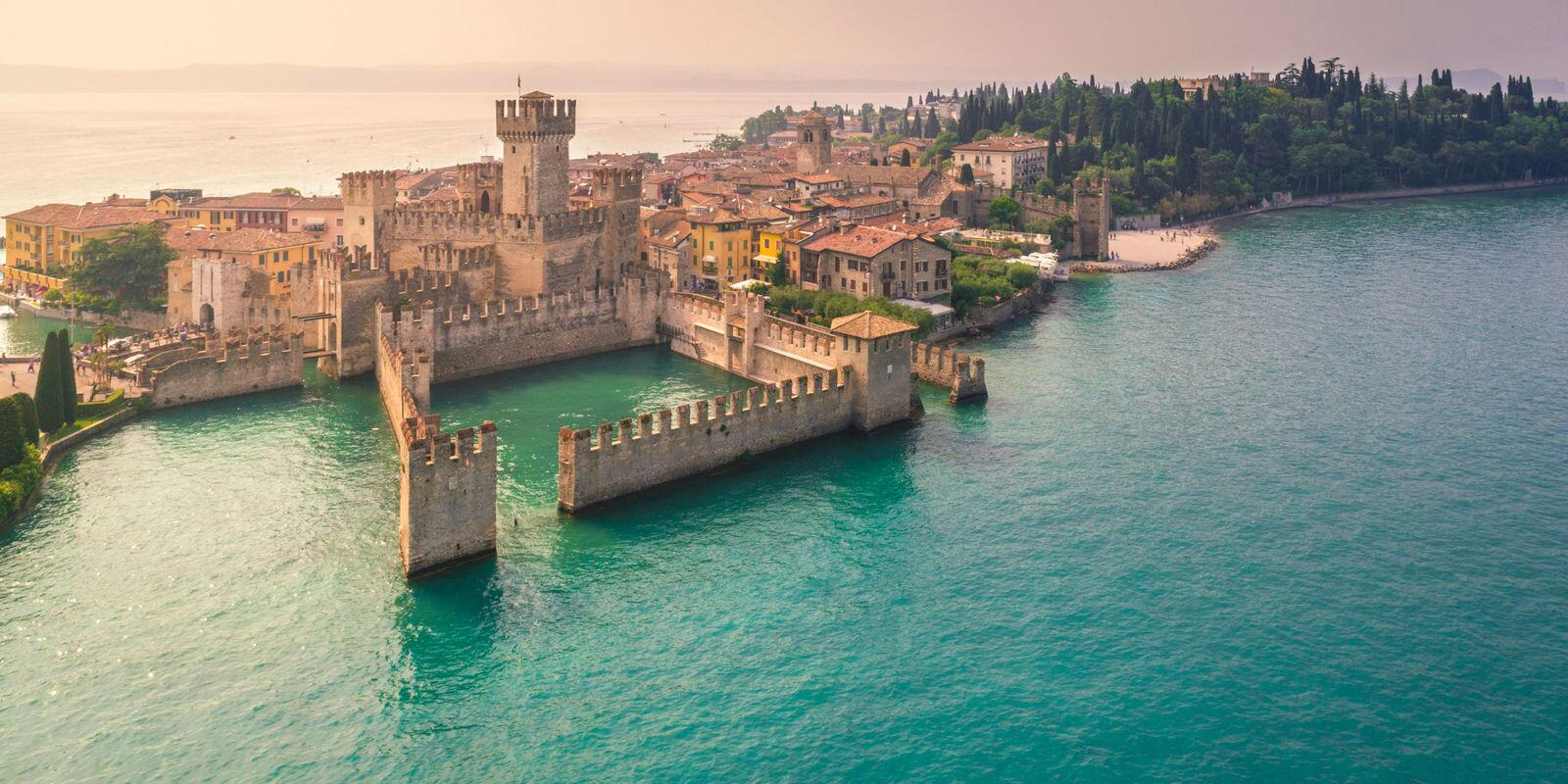 Sailing, visit of the castle of Sirmione, 5-star lunch and good wine