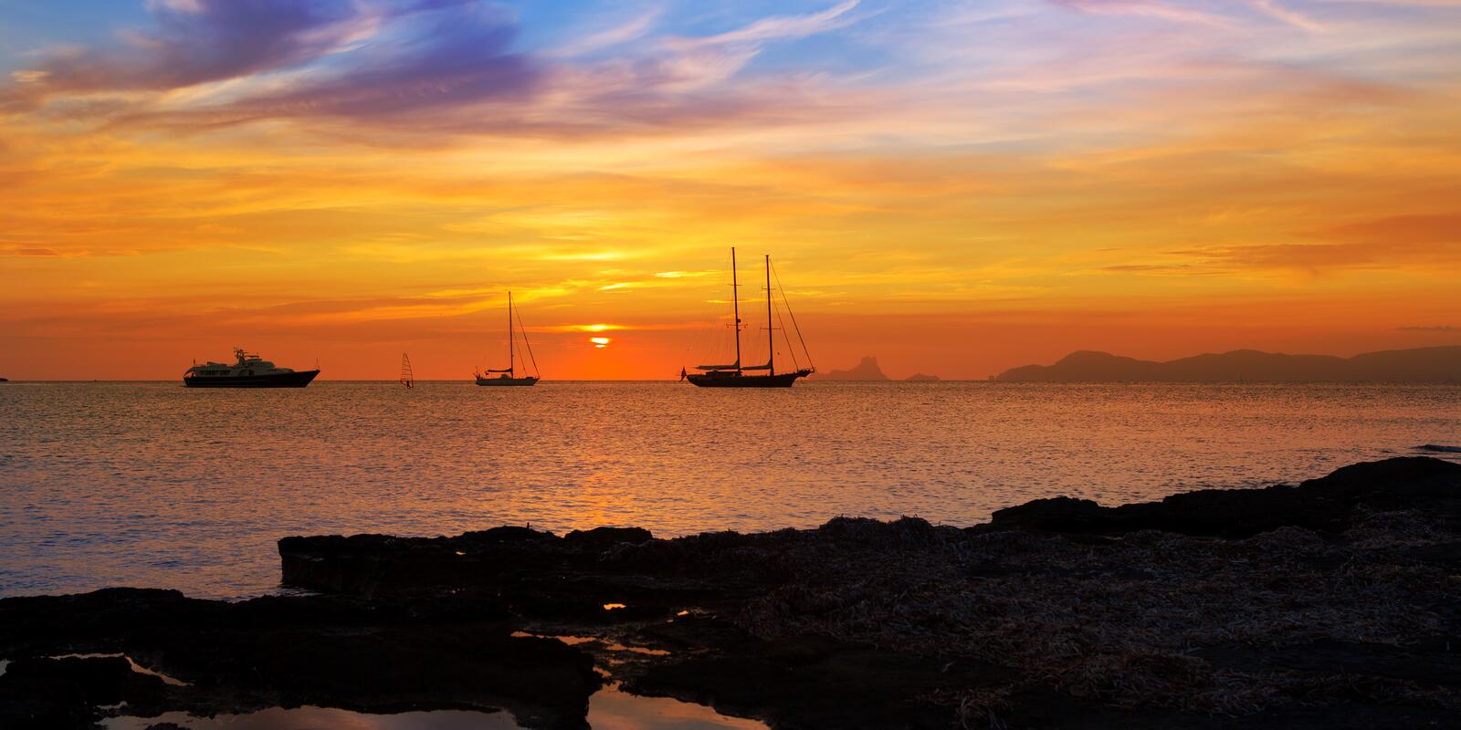 IBIZA and FORMENTERA for singles: sun, sea, sunsets, crystal clear water, aperitifs