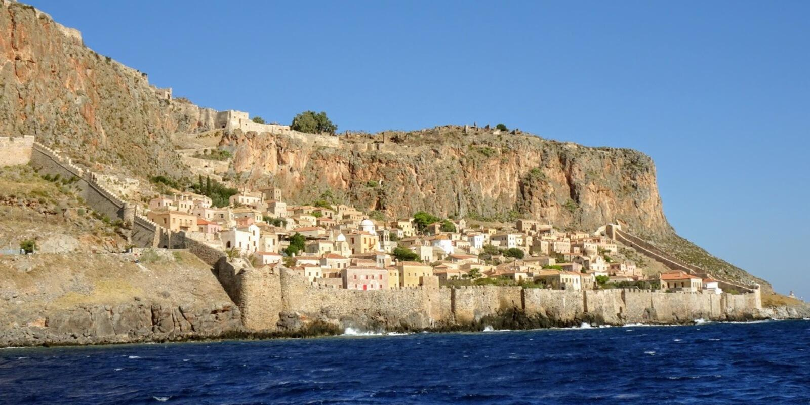 The best holiday is on a sailing boat from the Cyclades to Kefalonia