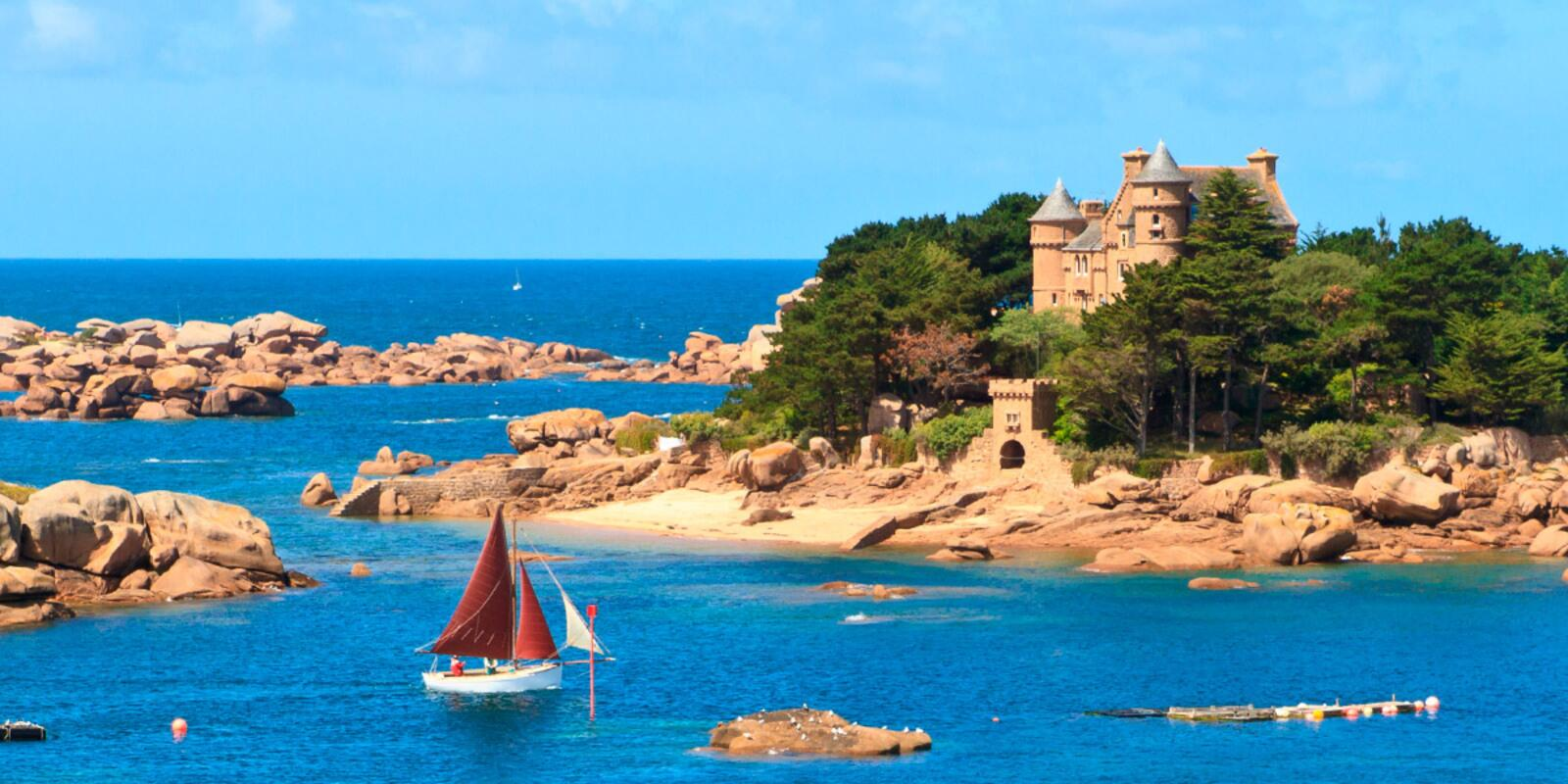 Discover the magnificent landscapes of the pink granite coast by sailboat