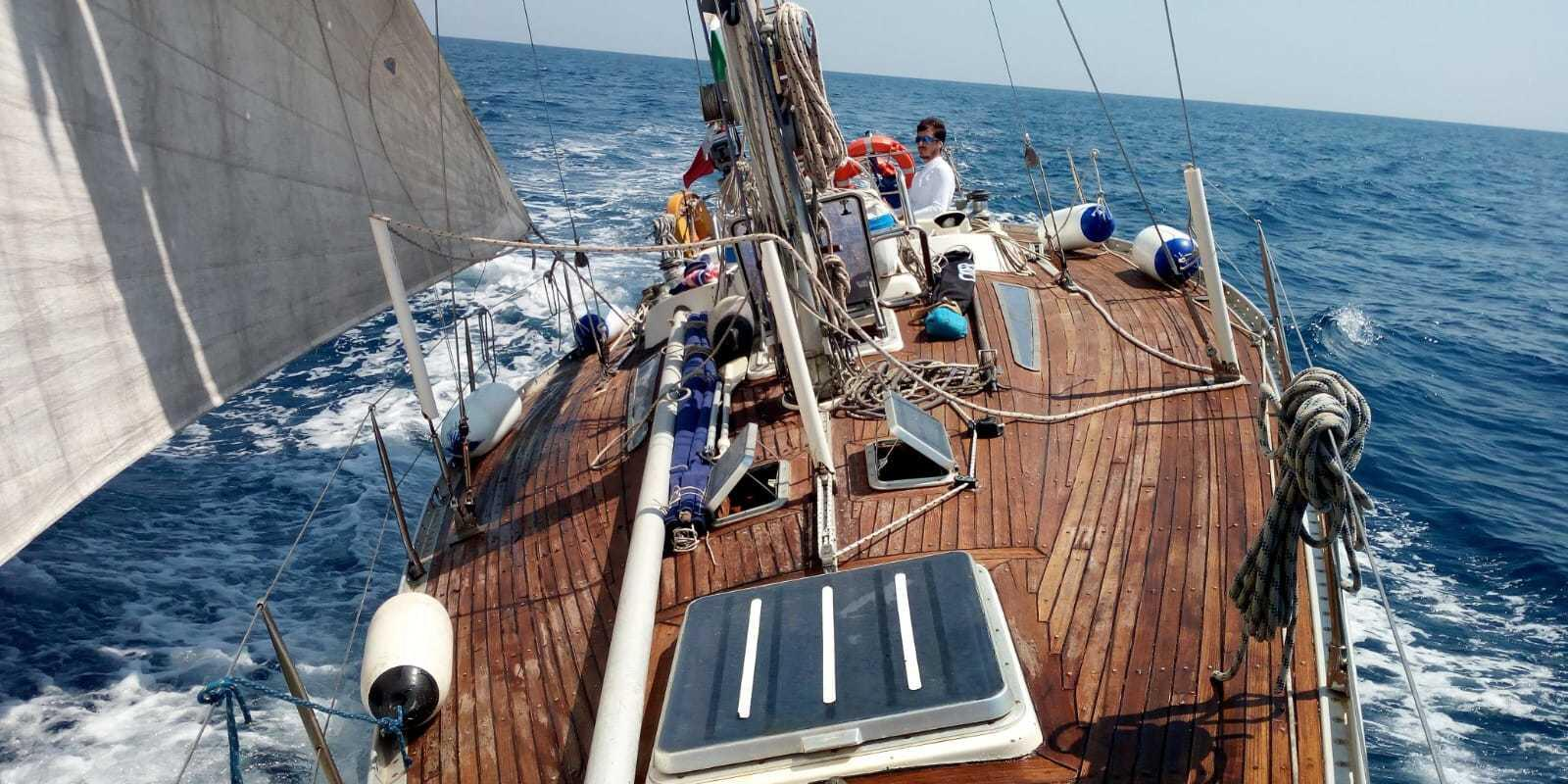 ISLAND SAILING ON SOLARIS 37 IN THE TUSCAN ARCHIPELAGO. LEARN THE ART OF SAILING.