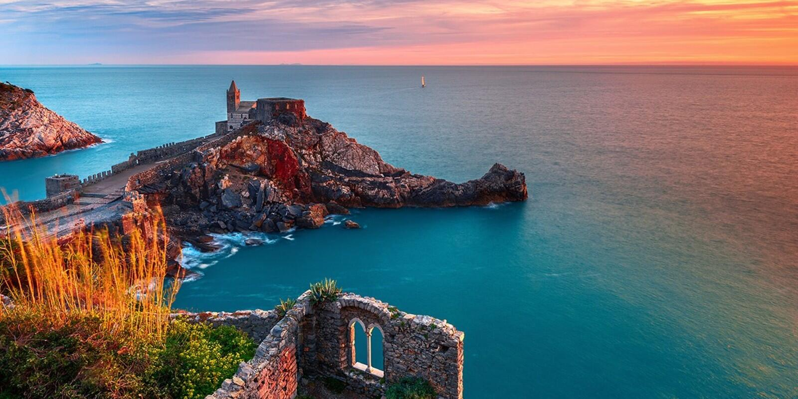 Sailing and relaxation in the Gulf of poets between Porto Venere, Palmaria and the bay under the castle of Lerici