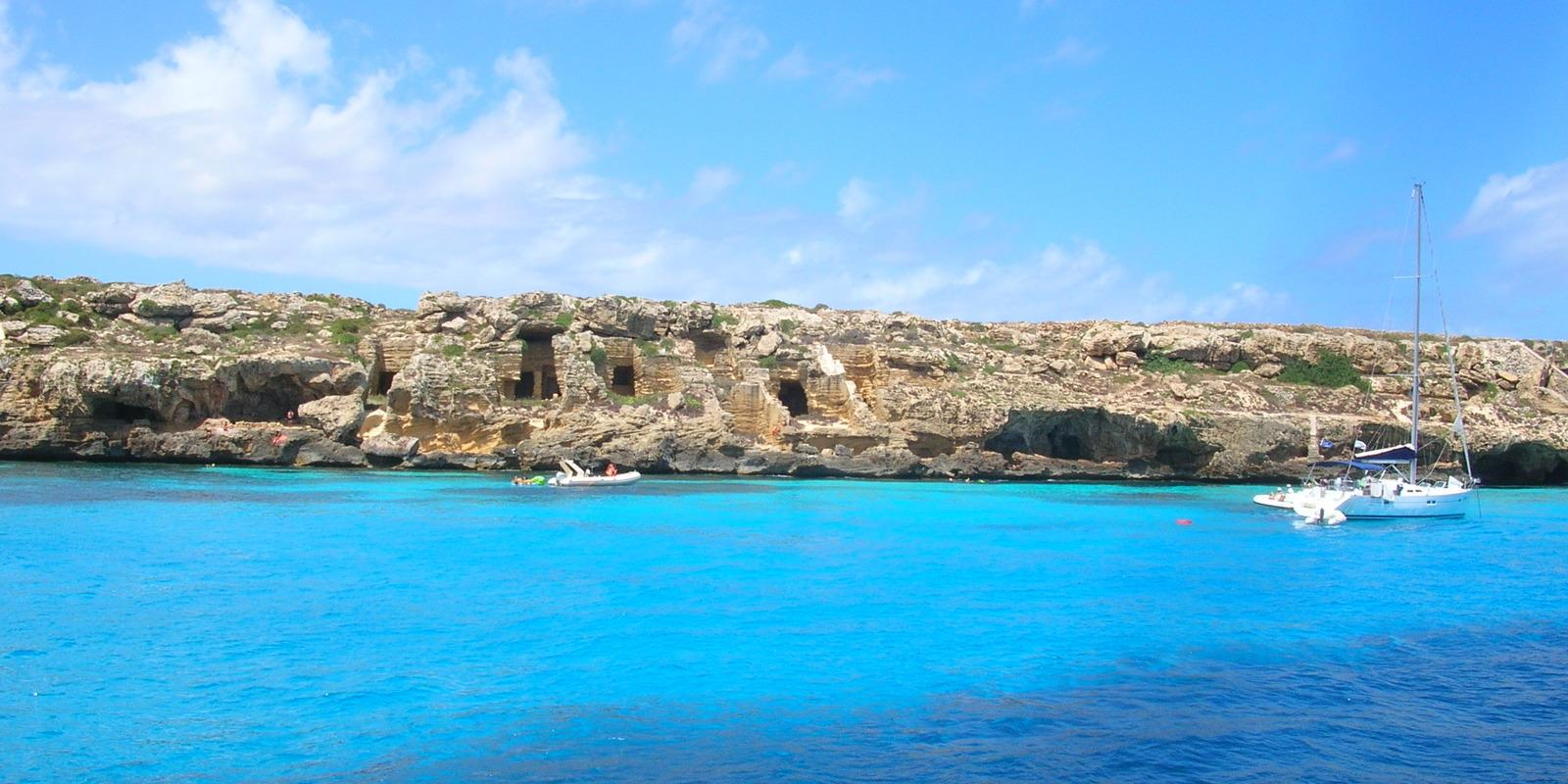 Egadi a crystalline sea of ??extraordinary beauty, paradise of sailing and snorkeling.